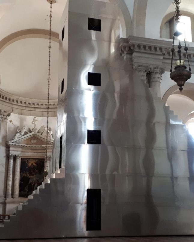 """Alla Basilica Di San Giorgio Maggiore, nell'Isola Di San Giorgio, l'installazione """"Scarch, the house to watch the sunset"""" dell'artista svizzero Not Vital"""